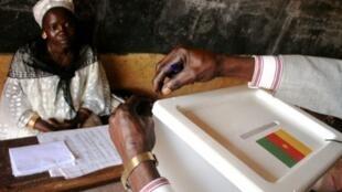 Bureau de vote à Yaoundé lors des élections locales de juillet 2007.