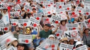 En Corée du Sud, de nombreuses manifestations appellent au boycott des produits japonais. Les coréens souhaitent des excuses des autorités japonaises pour le travail forcée durant la Seconde Guerre Mondiale.