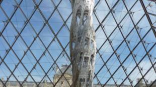 只有在盧浮宮華裔建築師貝聿銘設計的玻璃金字塔下的展廳里展出的如同巨箭的Suppo稍有挑釁色彩.