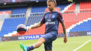 Danh thủ Neymar ra mắt cổ động viên PSG trên sân Parc des Princes, ngày 04/08/2017.