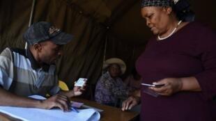 Eleitora numa mesa de voto de Gaborone, capital do Botsuana, durante as eleições gerais deste 23 de Outubro de 2019.