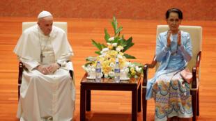 O papa Francisco pediu nesta terça-feira (28), em Mianmar, ao lado da líder birmanesa Aung San Suu Kyi.