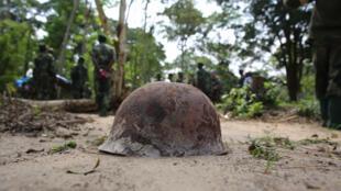 Kofia ngumu ya askari wa DRC ikionekana ikiwa imetekelezwa kutokana na mapigano.