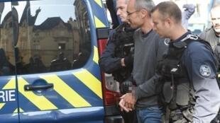 Vincenzo Vecchi escoltado por la policía, el 14 de agosto de 2019 en Rennes, Francia.