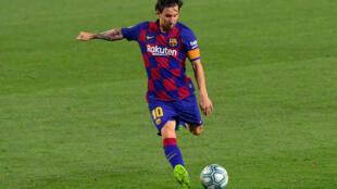 El delantero del FC Barcelona Lionel Messi patea la pelota en un partido de la Liga española de fútbol contra el visitante Athletic Club de Bilbao el 23 de junio de 2020
