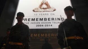 Soldados tailandeses montam guarda em frente ao memorial que relembra os 10 anos do tsunami que vitimou mais de 226 mil pessoas em vários países localizados na costa do Oceano Índico.