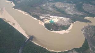 Vista del río Caroní, desde una avioneta, en los límites del Parque Nacional de Canaima.