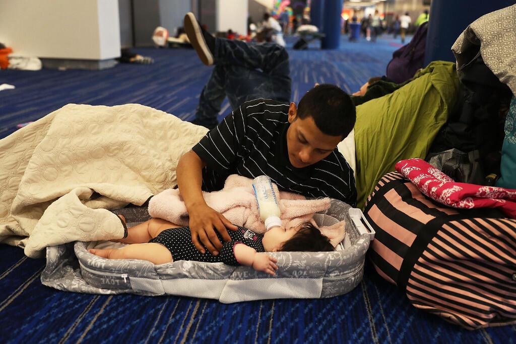Un hombre y su hijo refugiados en el Centro de Convenciones de Houston, a raíz de las inundaciones provocadas por el huracán Harvey.  29 de agosto de 2017.