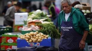 Un bénévole d'une association prépare la distribution de repas à Munich. En Allemagne, 5% de la population se considère comme pauvre.