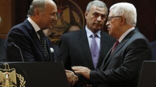 Laurent Fabius (à gauche) et Mahmoud Abbas (à droite), le 24 août 2013 à Ramallah.