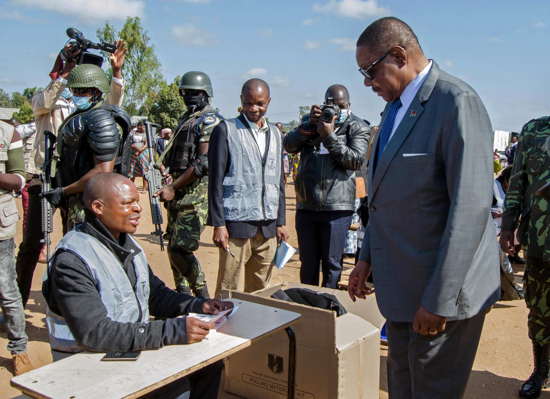 Rais wa Malawi Peter Mutharika akipiga kura katika uchaguzi wa urais huko Thyolo.