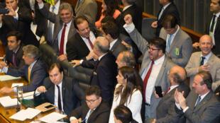Câmara dos Deputados aprova a PEC 241/16 por 366 a favor e 111 contra.