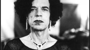Mick Jagger, vestido de mulher, fotografado por Anton Corbijn em Glasgow, em 1996.