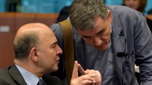 El Comisario europeo de economía y finanzas , Pierre Moscovici (izq.) y el ministro griego de finazas Euclides Tsakalotos, en una reunión del Eurogrupo en Bruselas