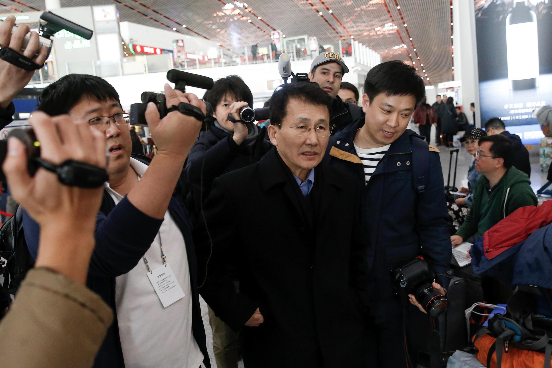 朝鮮外交部負責美國事務的高級官員崔康一(中)2018年3月18日,從北京機場乘機飛往赫爾辛基訪問。