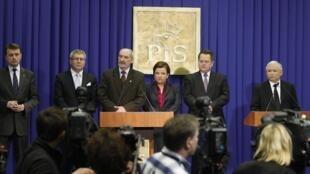 Jaroslaw Kaczynski (à D), le frère jumeau du président défunt, lors d'une conférence de presse le 12 janvier 2010, à Varsovie.