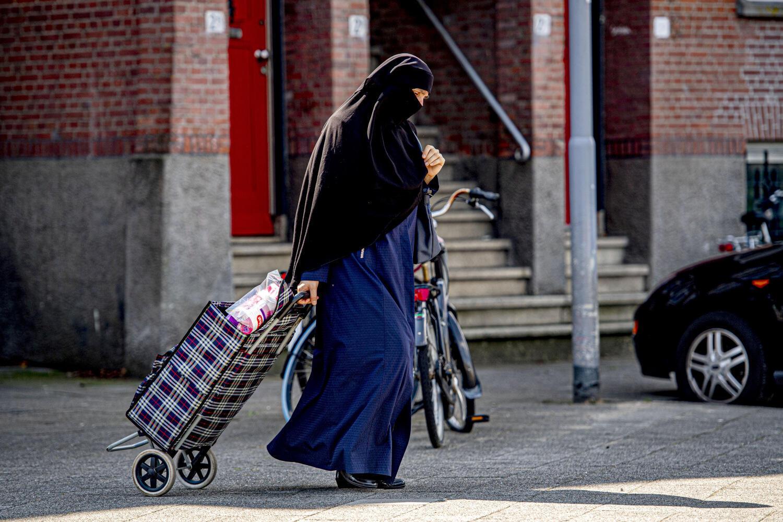 Une femme portant le niqab dans les rues de Rotterdam le 29 juillet 2019, seulement quelques jours avant l'interdiction de porter ce voile intégrale dans les transports en commun aux Pays-Bas.