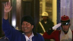 Evo Morales, réélu président de la Bolivie devant l'entrée du Palais présidentiel à la Paz, le 12 octobre 2014.