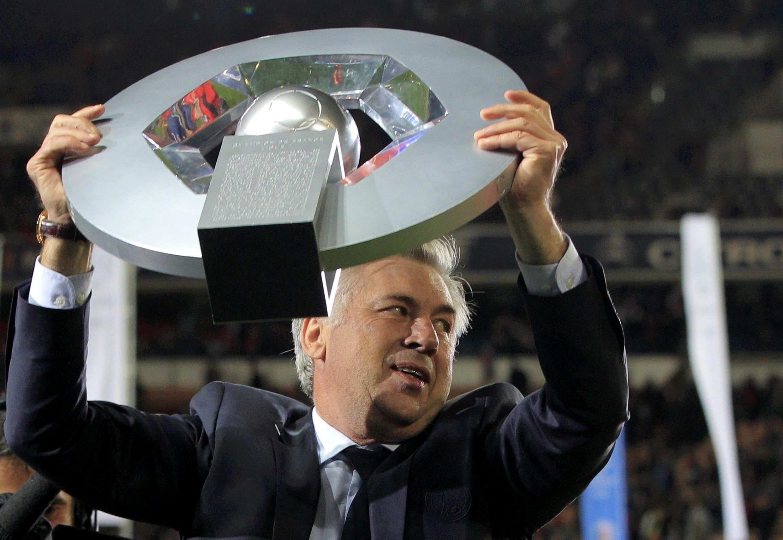 O treinador do PSG, Carlo Ancelotti,ergue o troféu de campeão francês da temporda 2012/2013