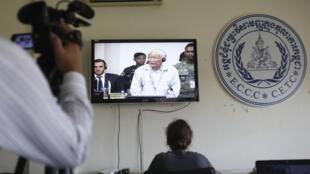 L'ancien dirigeant khmer rouge Khieu Samphan apparaît à l'écran de la salle de presse du tribunal spécial pour le Cambodge, le 17 octobre 2014.
