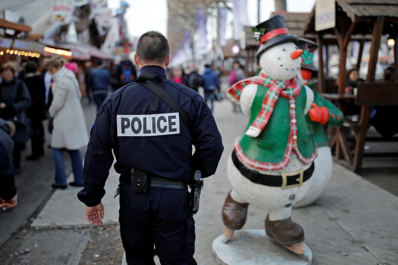 Полицейский на Елисейских полях 31 декабря 2016