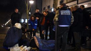 O primeiro-ministro francês, Edouard Philippe, conversa com os sem-teto nas ruas de Paris. 05/02/18