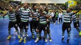 O Sporting festeja o empate com o Dynamo, Domingo, em Odivelas