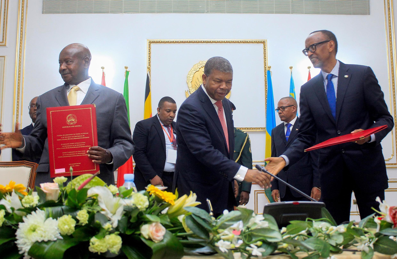 shugaban angola Joao Lourenço kewaye da shuwagabannin kasashen uganda Yoweri Museveni daga hagu da takwaransa na rwandais Paul Kagame a dama bayan  saka hannu kan yarjejeniyar zaman lafiya a ranar laraba 21 ogusta 2019.