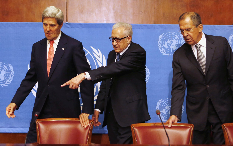 De gauche à droite: John Kerry, Lakhdar Brahimi (envoyé spécial de l'ONU en Syrie) et Sergueï Lavrov, le 13 septembre à Genève.