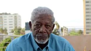 Morgan Freeman fixe la caméra, silencieux. Une manière de dénoncer les atermoiements de la communauté internationale face à Ebola. « Ce qui laisse ces célébrités sans voix vous donnera envie de faire entendre la vôtre », explique l'ONG One.