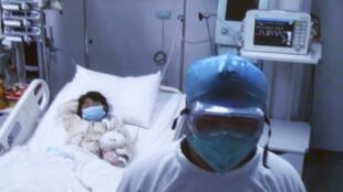 Imagem divulgada pelo Hospital Ditan, de Pequim, mostram menina vítima de gripe aviária.