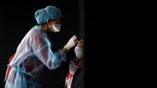 Ici, une soignante effectue un test antigénique (Covid-19) dans un centre près de Nantes (France), le 7 décembre 2020.