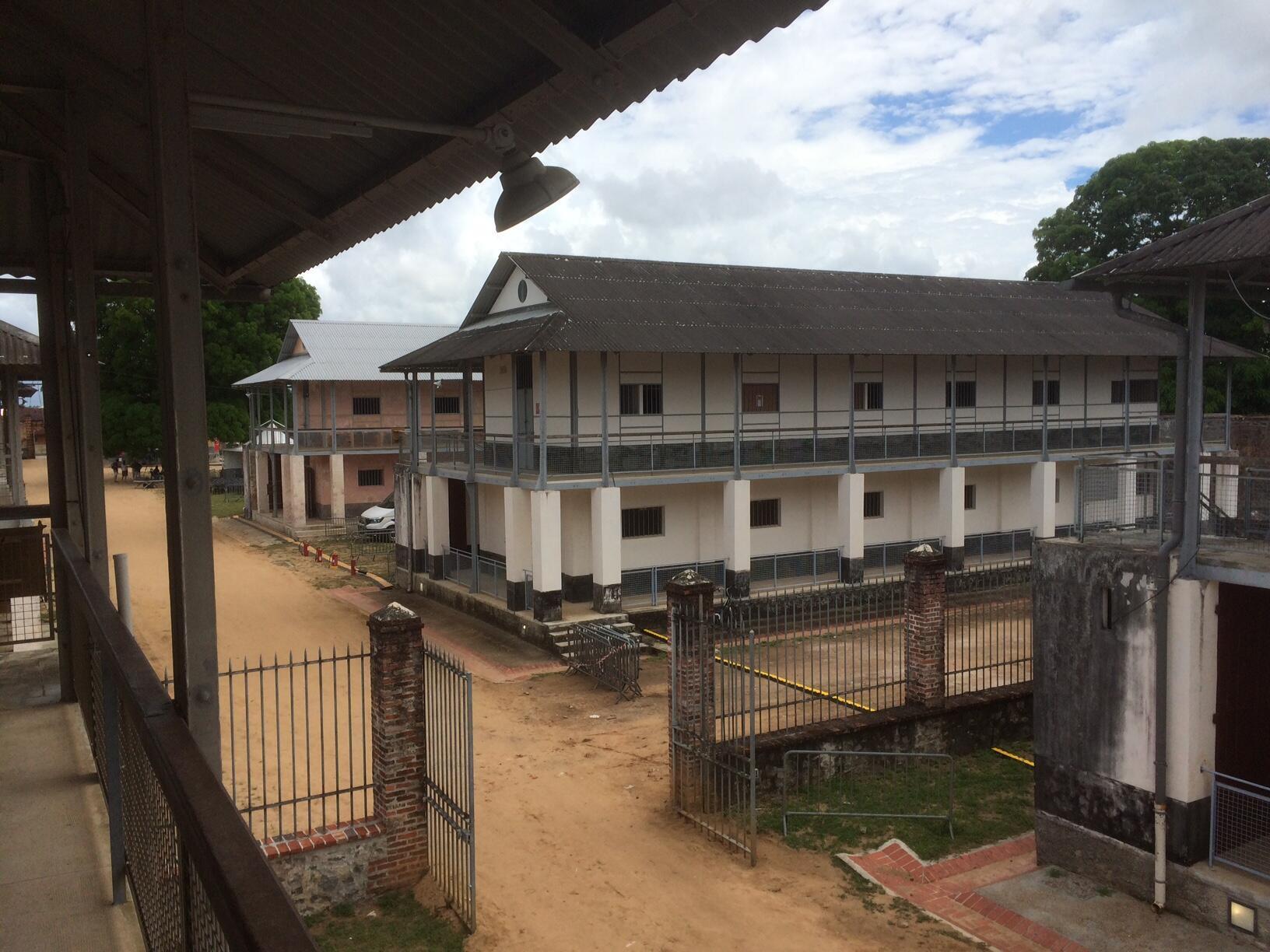 Les anciennes « cases » du camp dans lesquelles les bagnards étaient détenus.