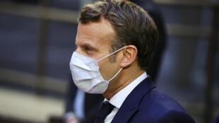 Le président français Emmanuel Macron à la sortie de l'immeuble du Conseil européen, le lundi 20 juillet 2020.