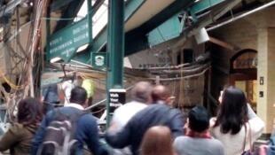 Photo amateur prise à la gare de Hoboken, dans le New Jersey, où un train a déraillé à l'heure de pointe du matin, ce jeudi 20 septembre.