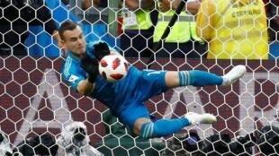 16强对垒中,俄罗斯队迎战西班牙。俄罗斯守门阿金费耶夫成功扑出一球,为俄罗斯挺进8强立下汗马功劳。 2018年7月1日