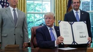 Donald Trump firmó el 1 de julio un paquete de 4.600 millones de dólares, destinados a ayudar al Gobierno federal a hacer frente a la ola de migrantes en la frontera con México.