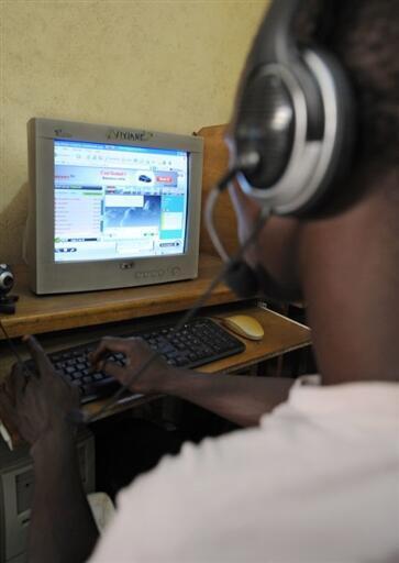 Un internaute utilise un des ordinateurs d'un cybercafé.