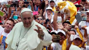 El papa llega en el papamóvil a la misa que ofició en Medellin, Colombia. 9 de septiembre 2017
