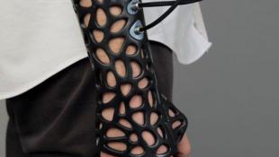 Ce plâtre qui s'adapte parfaitement à la morphologie de chaque patient avec un renforcement de son montage aux endroits des fractures, est de couleur noire, avec des lignes sobres, et design oblige, fait preuve d'une certaine élégance.