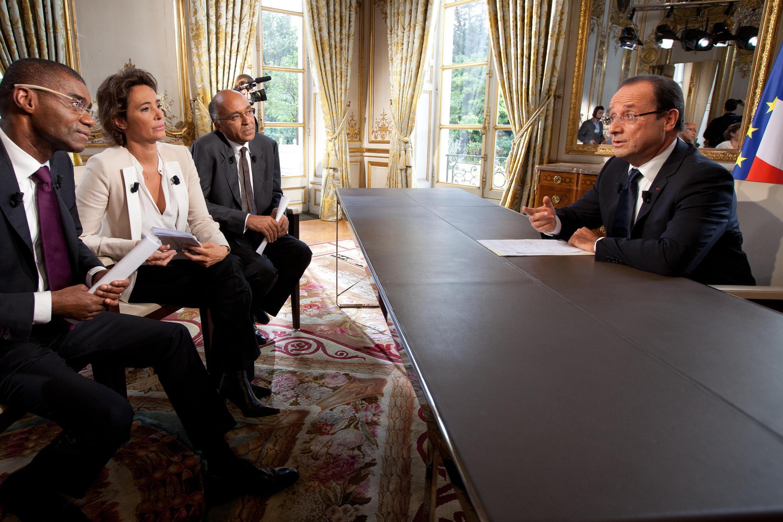 François Hollande face à  David Delos (TV5 Monde) Roselyne Febvre (FRANCE 24) et Jean-Karim Fall (RFI) lors d'un précédent entretien.