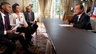 Журналисты Давид Делос (TV5 Monde), Розлин Фабр (FRANCE 24) и Жан-Карим Фалль (RFI) беседуют с президентом Олландом