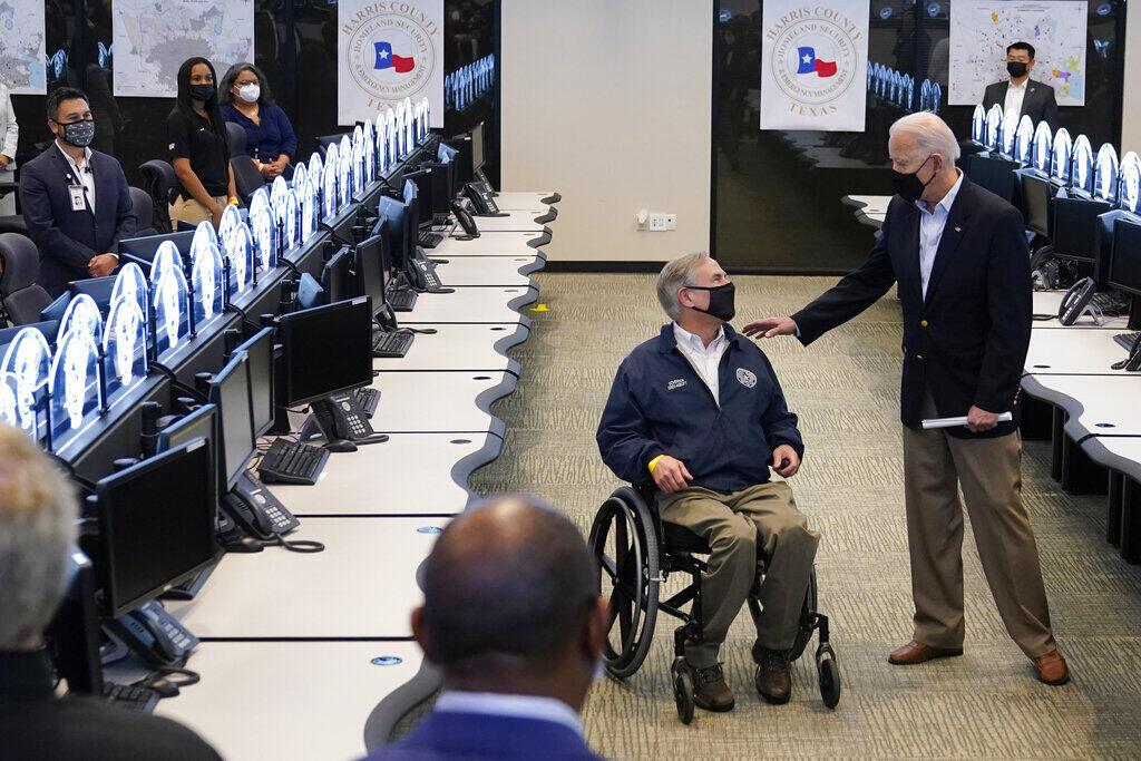 Image d'archive RFI : Le président Joe Biden s'entretient avec le gouverneur du Texas, Greg Abbott