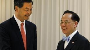 Trưởng đặc khu Hồng Kông mới đắc cử Lương Chấn Anh (trái)