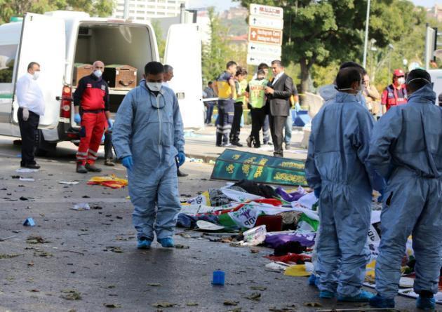 Socorristas en el lugar del doble atentado, este 10 de octubre en Ankara.