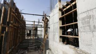 Des travailleurs palestiniens travaillent sur un site de construction à Ramat Shlomo, une installation religieuse juive annexée à Jérusalem, le 30 octobre 2013.