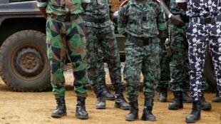 Des soldats français et ivoiriens lors d'un exercice mené en commun avant le déploiement d'un escadron de la FRCI au Mali, dans le cadre de la Misma, le 6 avril 2013.