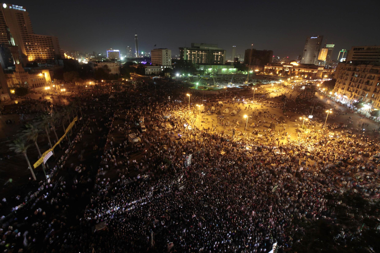 Manifestantes tomam praça Tahir, no Cairo, para pedir novo protesto contra antigo regime