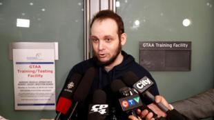 Joshua Boyle à son arrivée à l'aéroport de Toronto avec sa femme et leurs trois enfants, après leur libération, le 13 octobre 2017.