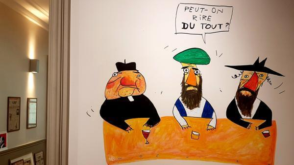 Dessin de Wozniak, dans les locaux du Canard Enchaîné. Ce dessin a paru au lendemain des attentats de Charlie Hebdo.